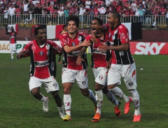 jogadores-do-joinville-comemoram-gol-diante-do-criciuma-pela-serie-b-1345646999914_564x430
